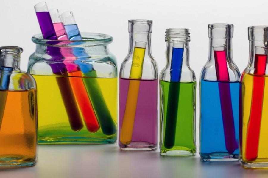 Flessen met gekleurd water